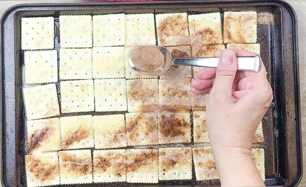 This cinnamon and sugar crackers recipe is easy and fast. The recipe costs less than one dollar and tastes delicious.