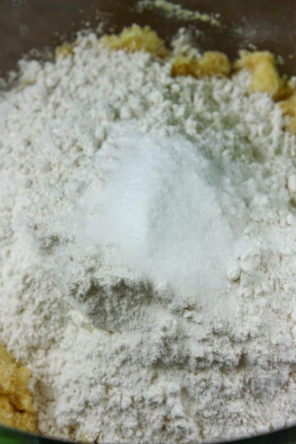 Picture of flour in a glass bowl