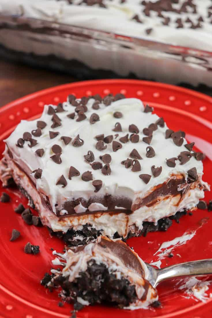 Chocolate lasagna is a one-of-a-kind recipe. It's made with instant chocolate pudding, Cool Whip, an Oreo and butter crust, and plenty of mini chocolate chips to top it off. The layered chocolate lasagna recipe is easy to make and everyone will fall in love with the no-bake dessert. #recipe #dessert #trifle #easy #nobake #Oreo #video #Christmas